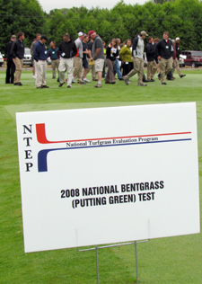 2011 turfgrass field day plots and attendees.