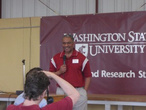 WSU President Elson Floyd speaks to growers at the 2009 Lind Field Day (photo by Cindy Warriner)